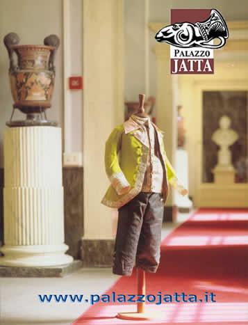 Costume da bambino fotografato sullo sfonde del museo Jatta
